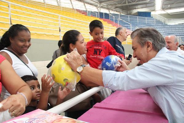 Prefeito Furlan entrega brinquedos de Natal e faz alegria de milhares de crianças
