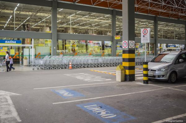 Agentes de trânsito fiscalizam o uso de vagas especiais em vias públicas e em estabelecimentos privados