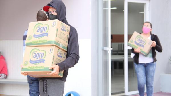 Pais de estudantes da rede recebem terceira cesta com itens da merenda