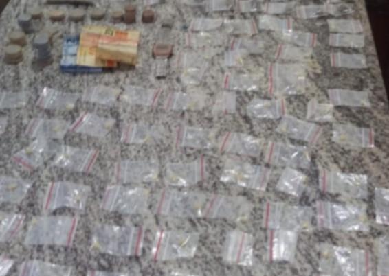 Policía prende dois indivíduos por tráfico de drogas em Itapevi