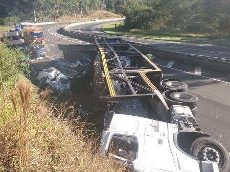 Caminhão tombado tinha R$ 2,3 mi em carros de luxo e até 'SUV da Anitta'