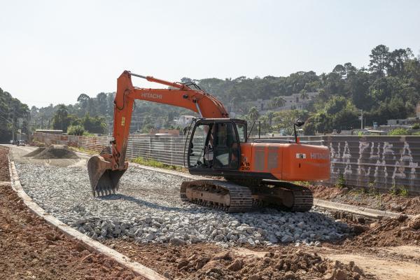 Prefeitura de Cotia prepara a base do pavimento da rua Toureiros para aplicação de massa asfáltica