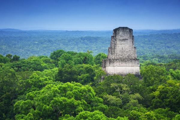 Pirâmide soterrada em cidade maia intriga arqueólogos: ela não é maia.