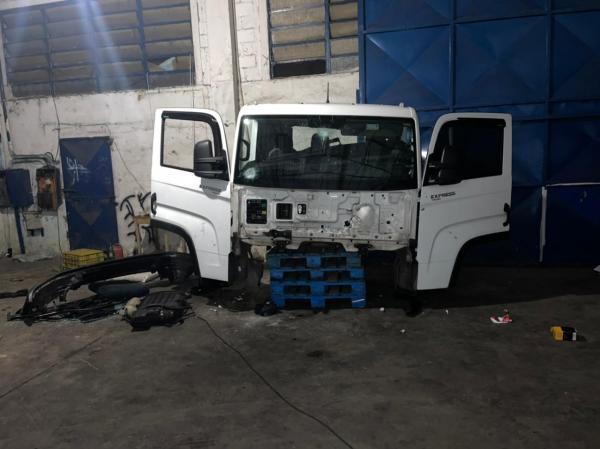 Força Tática detém seis individuos em desmanche de caminhão em Parnaíba