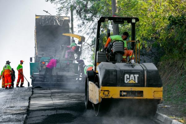 Rua Ciro Monteiro, no Mirante, foi a 1ª a receber a nova pavimentação