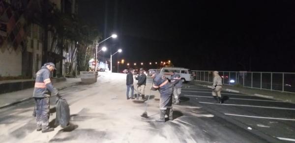 Caminhão derrama óleo na Raposo Tavares e causa vários acidentes